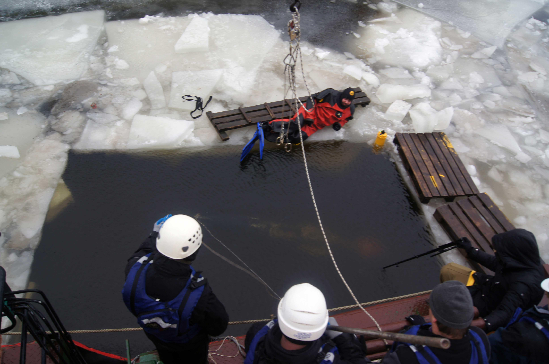 Подводный глайдер начинает движение под лед